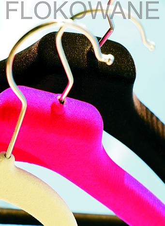 Wybór wielu kolorów floku sprawi, że wieszak znajdzie zastosowanie zarówno w domowej garderobie jak i ekskluzywnym sklepie